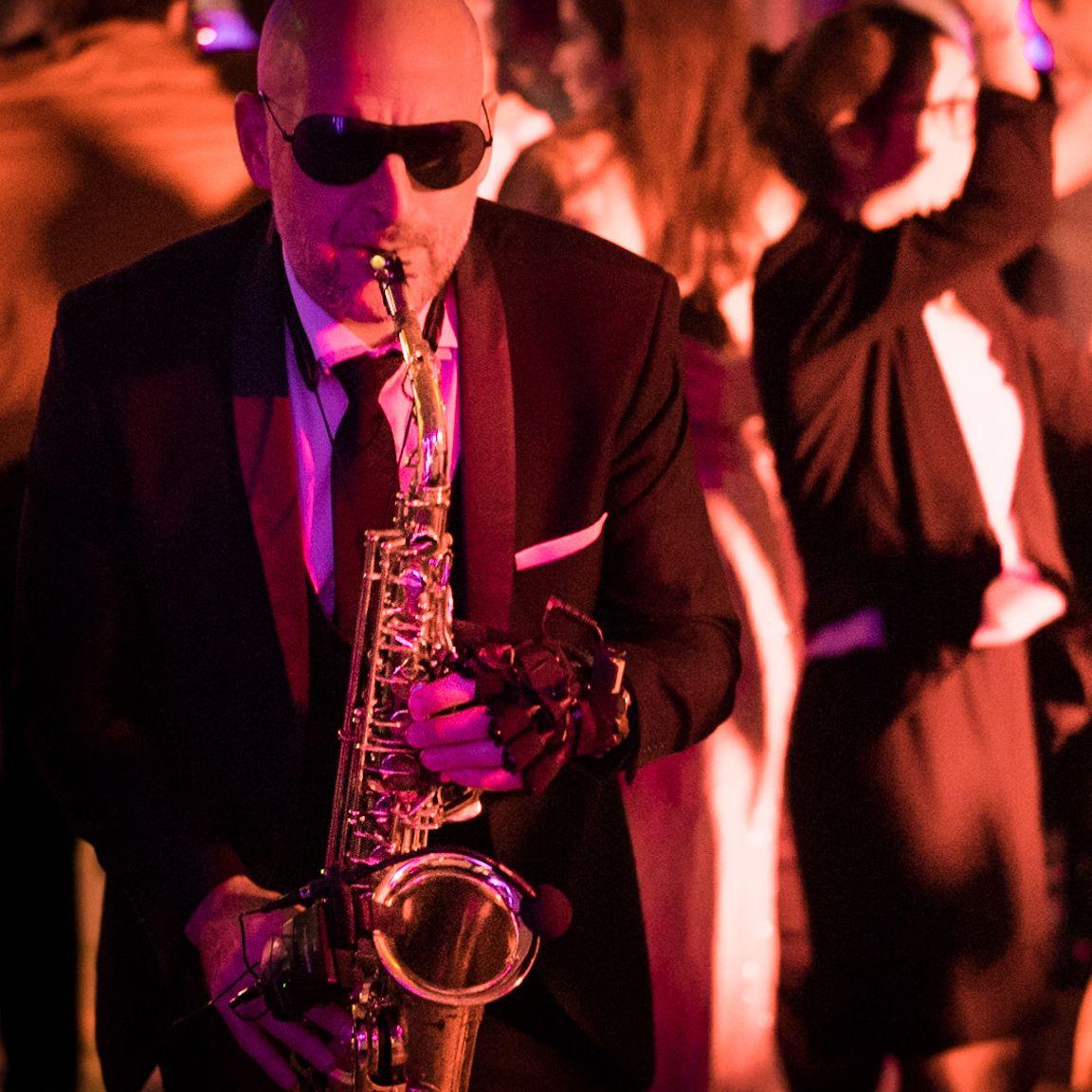 Saxophoniste dans une soirée
